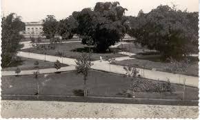 Praça da República na década de 1930, atual Praça Tubal Vilela. A esquerda da foto o Grupo Escolar Júlio Bueno Brandão construído em 1914.j