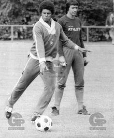FUTEBOL - MIRANDINHA - ESPORTES - ACERVO - Mirandinha(E), jogador da Seleção Brasileira, com o goleiro Renato Durante o treino preparatório para a partida contra a Austria, válida em Amistoso Internacional de 1974 - Estádio Cícero Pompeu de Toledo(Morumbi) - CCT Toca da Raposa - Belo Horizonte - MG - Brasil - 30/04/1974 - Foto: Acervo/Gazeta Press